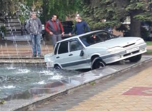ВАЗ улетел в фонтан в центре Воронежа после столкновения с автобусом