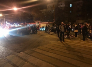 Опубликованы снимки с места столкновения байка с иномаркой в центре Воронежа