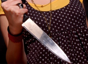 В Воронеже 48-летняя женщина ударила ножом молодого мужа