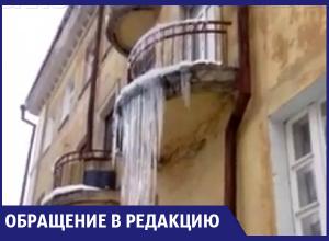 Метровые сосульки, нависающие над образовательным центром в Воронеже, сняли на видео