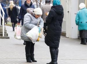 Воронежцев встревожили женщины, раздающие на улице церковные свечи