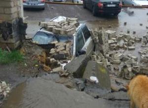 Кирпичный забор рухнул на машины на платной стоянке в Воронеже