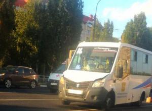 На видео попали пугающие последствия наезда маршрутки на пешехода в Воронеже