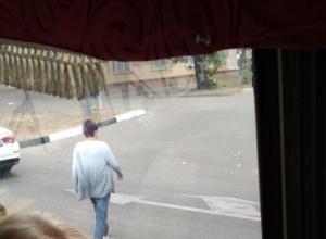 В Воронеже сняли смелого пешехода в автомобильном потоке
