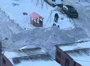 Управляющая компания завалила снегом проезжаю часть в воронежском ЖК