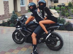 Идеальную подружку байкера в очень коротком платье сняли в Воронеже