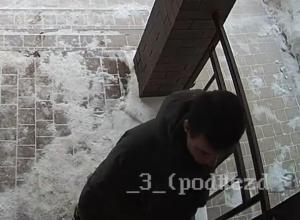 В Воронеже ищут парня, справляющего нужду в мусорные баки