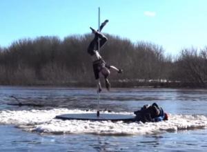 Безумные трюки с шестом на льдине показали воронежцам на видео