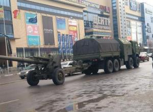 БТР и гаубицы встали в пробке в центре Воронежа