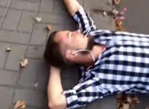 На видео попало, как пьяный хипстер отдыхает на дороге в Воронеже