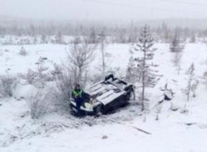 На обледеневшей дороге в Воронеже иномарка улетела в кювет