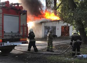 Очередной пожар на Ленинградской в Воронеже уничтожил сараи на площади 30м²