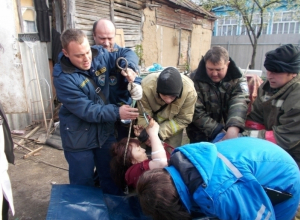 Воронежские спасатели провели уникальную операцию по освобождению раненой женщины из подвала