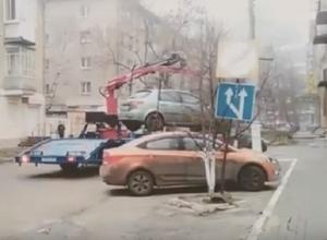В Воронеже сняли, как эвакуатор переставил неправильно припаркованный автомобиль