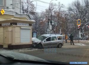 «Лада» протаранила киоск после столкновения с автобусом в центре Воронежа