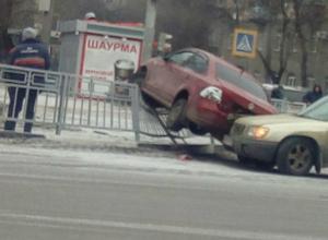 В Воронеже Volkswagen повис на ограждении после ДТП