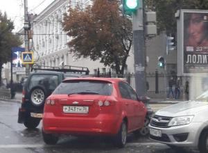 Воронежцев возмутила хамская парковка у светофора