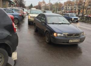 В Воронеже одна автомобилистка хамской парковкой заблокировала другую