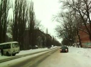 На Левом берегу Воронежа маршрутка улетела в сугроб после того, как ее подрезала легковушка