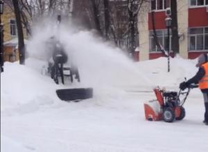 На видео сняли, как коммунальщик засыпает снегом памятник Высоцкому