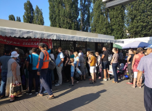 Гигантская очередь из любителей халявной шаурмы образовалась в Воронеже