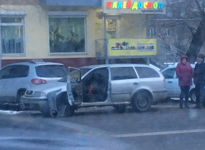 В Воронеже маршрутка вывернула дверь припаркованной легковушке