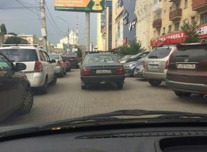 Автохам с номером 666 парализовал движение на парковке в центре Воронежа