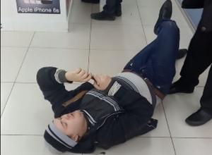 На видео попало, как воронежец прилег отдохнуть посреди торгового зала в «Максимире»