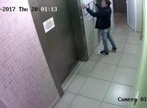 Яростный воронежец справил нужду на лифт и попал на видео