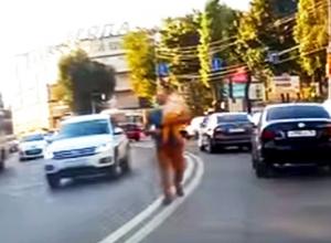 В Воронеже на видео попал безумный папаша, идущий с дочкой на руках посреди проезжей части