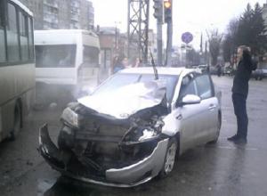 Центр Воронежа превратился в сплошную пробку из-за ДТП с маршруткой и Kia