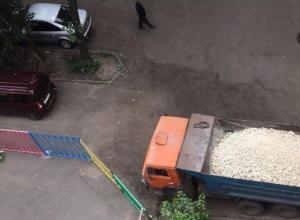 Дорожники объяснили, почему забаррикадировали жителей Воронежа в собственном дворе