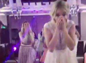 На свадьбе в Воронеже гости протрезвели после невероятного броска букета невесты