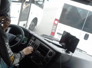 Воронежец возмутился маршрутчиком, который успевает смотреть в поездке фильм