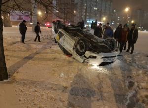 В Воронеже в ДТП перевернулось такси и попало на видео