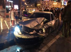Страшная ночная авария с Mercedes-Benz в центре Воронежа: есть пострадавшие