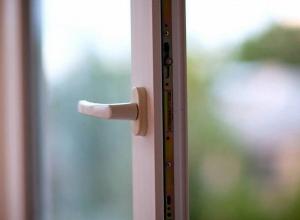 В Воронеже из окна многоэтажки выпала 44-летняя женщина