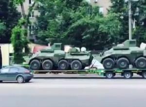 Разъезжающие по Воронежу тягачи с военной техникой попали на видео