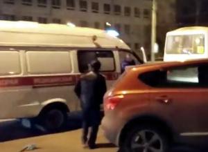 В Воронеже двое мужчин набросились на  иномарку, чтобы инсценировать ДТП,  и попали на видео