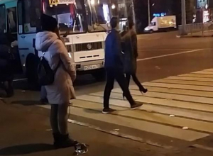 Девушка научила утюг правильно переходить дорогу в центре Воронежа