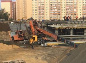 Кран рухнул на место строительства развязки на улице 9 Января в Воронеже