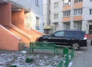 Жители Воронежа вступились за водителя, по-хамски припарковавшего внедорожник