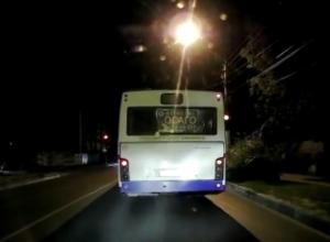 Двойное нарушение пассажирских автобусов попало на видео в Воронеже