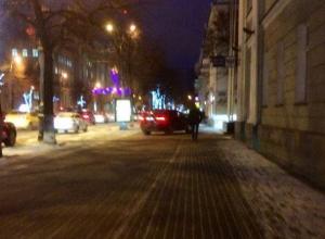 Господин на BMW X6 устроил дерзкий вояж по тротуару в центре Воронежа
