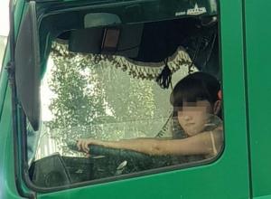 Суровую девочку заметили за рулем огромной фуры в Воронеже