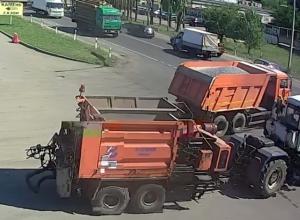 Момент столкновения трактора с фурой в Воронеже попал на видео