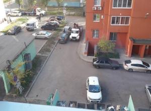 Воронежцы злорадствуют эвакуации автомобилей из двора на Хользунова