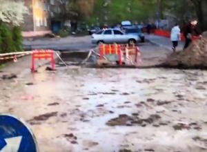 На видео попали опасные последствия коммунальной аварии на улице Ростовской в Воронеже