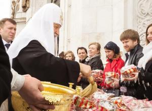В Воронеже, в честь Пасхи, нуждающимся и детям раздали тысячи праздничных куличей