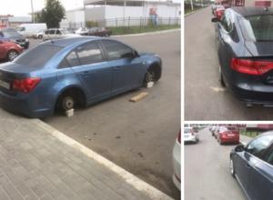 В воронежском ЖК с автомобилей поснимали колеса и зеркала
